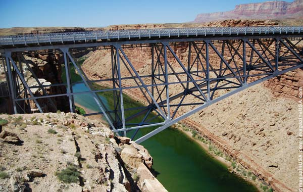 Navajo Bridge und Colorado River im Marble Canyon bei Lee's Ferry