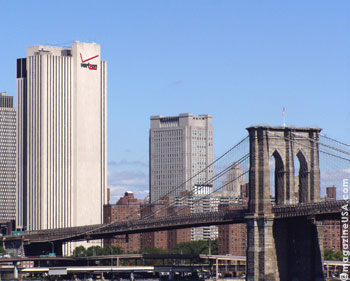Die Brooklyn Bridge vor der Skyline Manhattan's